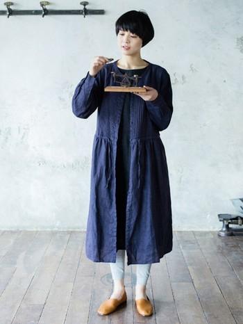 ざっくりと羽織ったシャツワンピースにグレーのレギンスを合わせたナチュラルコーデ。ラフなシューズもよく似合います。