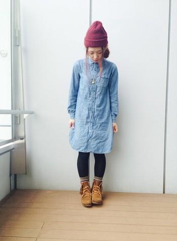 タイツ×靴下も寒い日にはとっても嬉しい組み合わせ!もちろん防寒面だけでなく、モチーフ柄の靴下をチラ見せすればおしゃれ度もアップします。