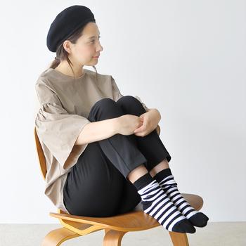 おしゃれは足元から・・なんてよく聞きますが、靴やブーツ、サンダル等の足元アイテムは、季節ごとにファッション雑誌やお店でチェックすることは多いですよね。では靴下はどうでしょうか・・・・?ついつい無難なタイツや無地のソックスでまとめがちになるかもしれませんが、実は靴下はオシャレ度を左右する、立派なファッションアイテムの1つなのです!今回は、素敵な靴下コーデをピックアップしてご紹介していきます。