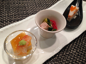 露天風呂でリラックスした後は、美味しい食事に舌鼓。高級会席料理を味わえる日本料理店「樹林」や、日本料理を現代風にアレンジした新和食を味わえる「はな」の鉄板焼きなど、思わず連泊したくなっちゃうくらい露天風呂も食事も大満足のお宿です。