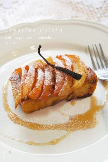 りんごジュースを加えた卵液にトーストを絡めた、中まで濃厚な甘みのジューシースイーツ。仕上げにかけるキャラメルがりんごに合い、一口食べれば止まらなくなる美味しさ。