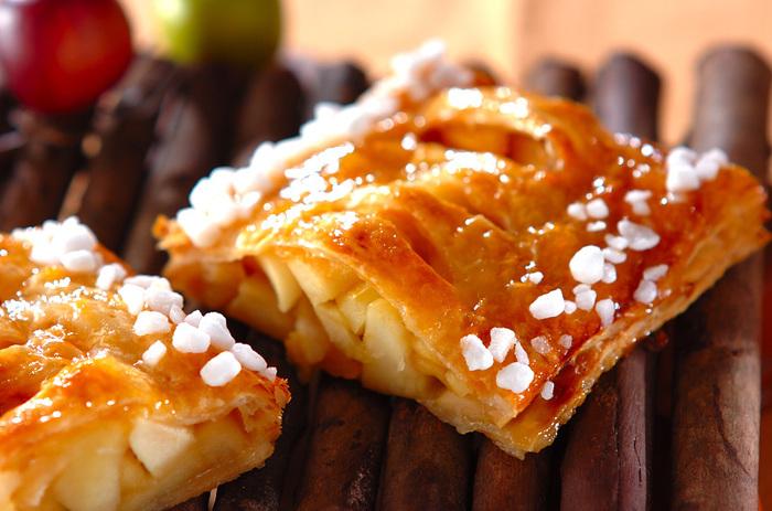 1つのスイーツで、柿とりんごが同時に味わえる贅沢なスイーツ。やわらかく煮詰めた果物と、サクッと焼き上げたパイの食感は、一口食べればほっこりとするやさしい風味を楽しめますよ♪