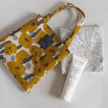 乾燥する季節のハンドクリームは必需品!お出かけの時もバッグに忍ばせて。手を洗ったらハンドクリームを塗る習慣をつけるのもいいですね♪