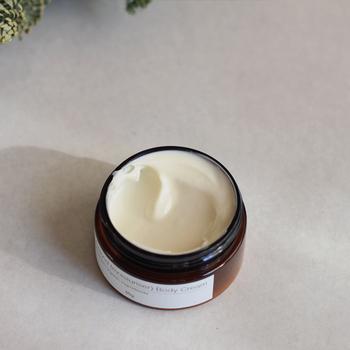 ■アロエアーモンド ボディクリーム  クリーム類はお肌のしっとり感だけじゃなく香りも楽しみたいですよね。ビタミンEが豊富に含まれたアーモンドオイル入りなのでお肌がすべすべに。アロマの香りに包まれてゆったりとした気持ちを楽しめます。
