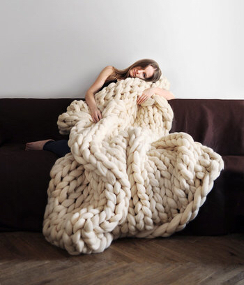 編み物をする⽅も多いと思いますが、ここまで⼤きな網⽬のア イテムって⾒たことありますか? 包まっている⼥性が⼩さく⾒えてしまってまるで⼩⼈のよう。 とっても存在感があるアイテムですよね!