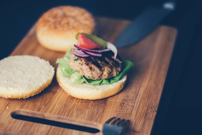 「準備はささっと、食事はじっくり楽しむ」なら、食材を並べて好きなものを選びながら、セルフメイク方式のサンドイッチを作るのもユニーク。もちろん野菜は席についてからカットするのもありです。小さめのナイフや、カッティングボードがあると盛り付けにもカットにも使えて便利ですね。