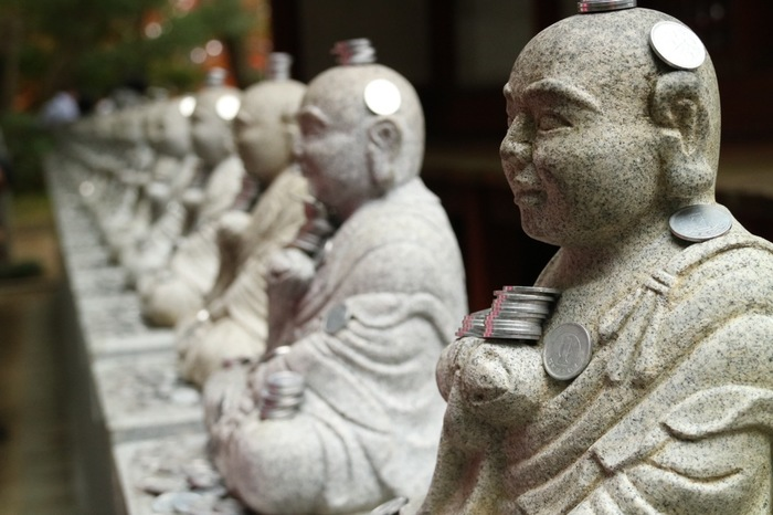 信仰の山である高尾山。こちらの高尾山薬王院は、成田山新勝寺と川崎大師平間寺と並ぶ関東三大本山の一つです。