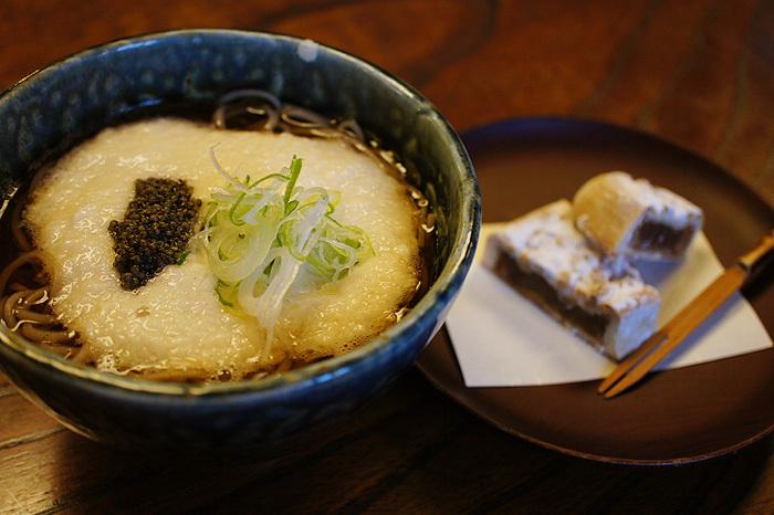 高尾山名物の「とろろそば」は一度は味わいたい一品。お店によって味が違うので、食べ比べてみるのもオススメです。こちらのお店は、お蕎麦の他にも柿を使った様々なメニューも人気です*