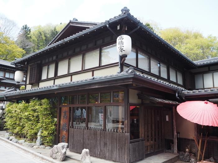 天保年間から続く老舗のお蕎麦屋さん「高橋家」は、高尾山口駅から徒歩3分ほどのところにあります。店内の柿の木は樹齢150年以上とのこと。長い歴史を感じながら、じっくりお蕎麦を味わいたいですね。