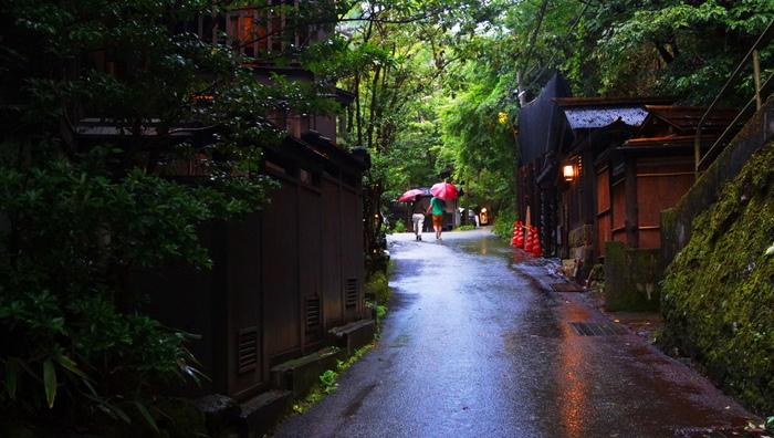 黒川温泉は、南小国町を代表する観光スポットの一つです。田の原川渓谷沿いには、落ち着いた雰囲気の温泉街が広がっており、温泉旅館のほかに共同浴場などもあります。