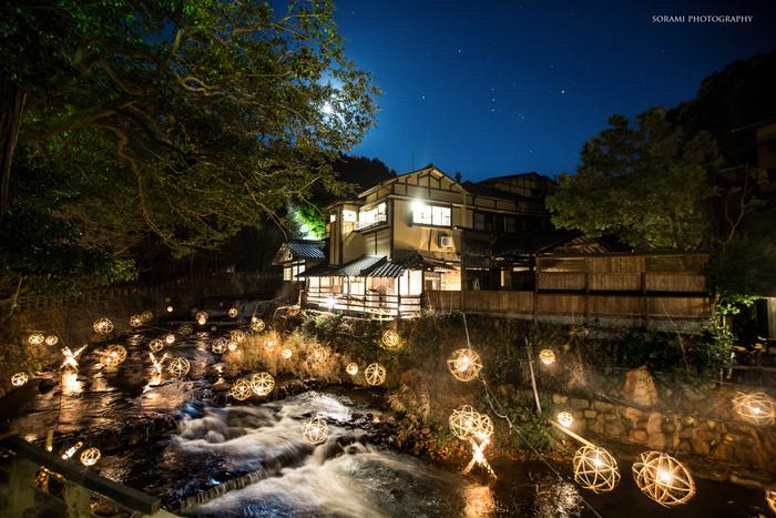 湯あかりが開催されると、温泉街は壮麗な姿へと変貌します。シャンパンゴールドに輝く灯りが、温泉街と渓谷をやさしく照らし、幻想的な雰囲気を醸し出しています。