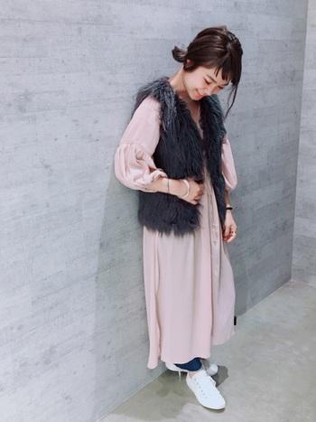 甘いピンクのワンピースには、黒のフェイクファーベストで、引き締め感とトレンド感を同時に取り入れて! 甘くなりすぎないロマンチックなスタイル。