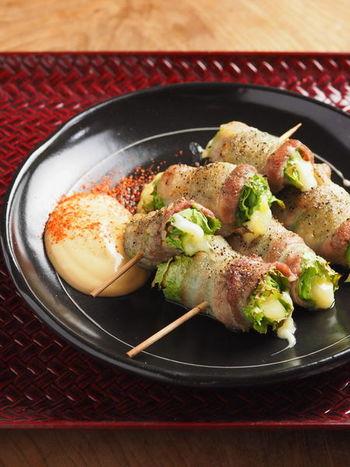 豚バラで巻いたレタスとチーズを、串に刺して焼き鳥風に!調理はオーブントースターでできる、手軽で美味しいおすすめの和風おつまみレシピです。