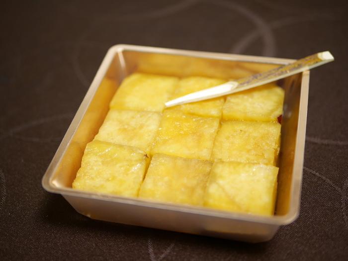 蒸かした鳴門金時を、蜜に漬け込んで乾燥させたオリジナル商品「角」。厳選された鳴門金時のおいしさをダイレクトに味わうことができます。