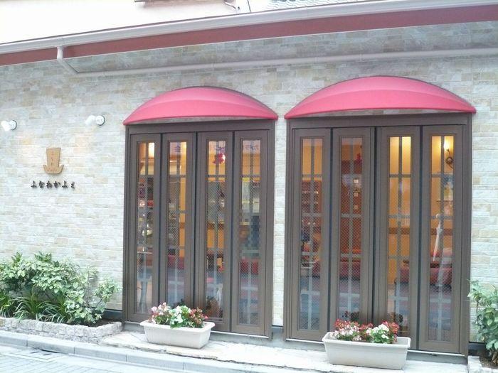 芋ようかんでおなじみの『舟和』のカフェ。浅草・雷門のすぐ近くにあり、レトロモダンな雰囲気がかわいらしい店構えです。