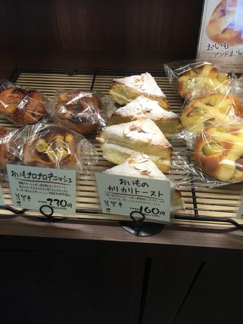 おいもスイーツでおなじみの『らぽっぽ』のパン屋さん。四谷駅から徒歩約5分のところにあります。ご覧の通り、おいもを使ったパンがたっぷり並んでいます。