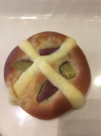 おいもの角切りがたっぷり乗った「おいもアンドおいも」。ほかにもアイデアたっぷりのおいもパンが店内に並びます。