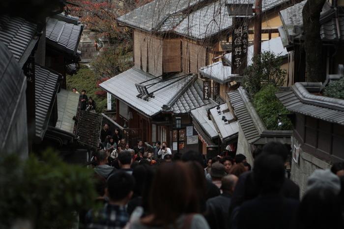 【清水寺界隈の人気名所・産寧坂の賑わい】