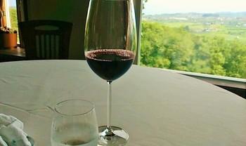グラスに移りこむ風景もご馳走のひとつ。
