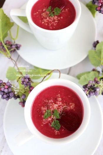 缶詰のビーツと栄養豊富なキヌアを使った、ヘルシーで美しいスープ。キヌアを入れることで、とろりとポタージュ風に仕上がります。赤ワインビネガーで、酸味とコクを加えます。