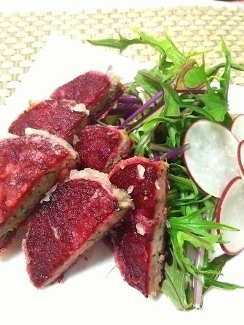 鰺をたたいて味つけし、ビーツではさんで揚げた和風仕立てのレシピ。ビーツは、スライサーで薄くするのがコツです。ビーツの歯応えや風味も生きた、ちょっとユニークなお料理です。