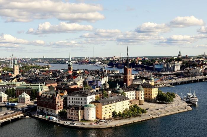 """北欧・スウェーデン。首都ストックホルムの街並みはとても綺麗ですし、北極圏に近い地域ではオーロラも見え、多くの観光客が足を運んでいます。また、日本でも人気の""""IKEA""""や""""H&M""""などが生まれた国としても有名ですよね。ヤンソンさんの誘惑は、この国で生まれました。"""