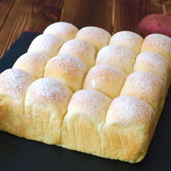 最近話題のちぎりパンもさつまいも風味に。マッシュしたさつまいもを入れることで、おいもの甘みが楽しめるちぎりパンの完成。朝食に、おやつに食べたいですね。
