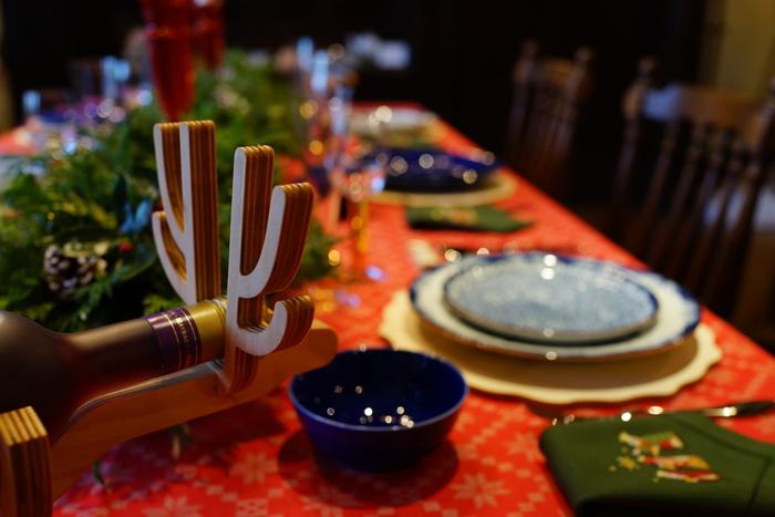欧米では、クリスマスに感謝の意味を込めて七面鳥がメインディッシュとして食べられていますが、日本では、手に入りやすい鶏肉を食べるのがクリスマスの定番となっています。クリスマスは、おうちでゆっくりくつろぎながらディナーも◎。  クリスマスらしい華やかな雰囲気にぴったりの、簡単にできるローストチキンや本格的な丸焼き、アレンジしたものなど、メインディッシュになる様々なチキンレシピをご紹介します♪