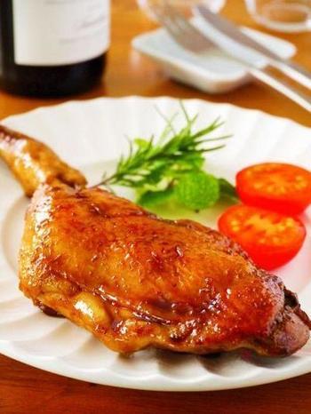 大人にも子供にも大人気の照り焼きローストチキン。蒸し焼きにした骨付き鶏もも肉に、酒・砂糖・醤油・ガーリックパウダーで作ったタレをかけながら、じっくり照り付けていきます。粒マスタードを付けても美味しいですよ♡