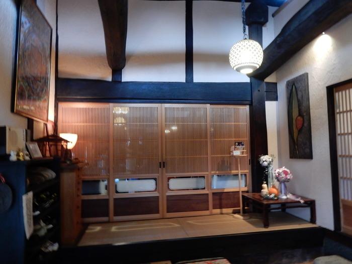 インテリアのイメージを変えるには、実は照明も重要なんです。  こちらのカフェのように、吊り下げ式の間接照明で明るすぎず、大人な空間作りが実現しています。  【画像は、埼玉県・比企郡の「古民家カフェ&ダイニング 枇杏」】