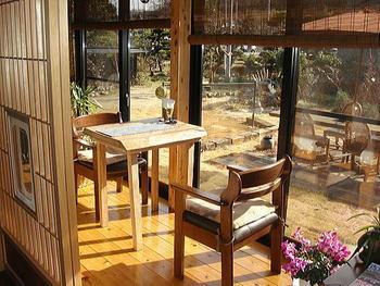 先ほど上のコーナーでご紹介した通り、和室に合う木製の家具を取り入れると和室空間がぐっと引き締まります。  和室というとちゃぶ台やたんすといった和家具を思い浮かべがちですが、こちらのような洋家具を取り入れるのもモダンで美しいですね。  【画像は、埼玉県・比企郡の「古民家カフェ&ダイニング 枇杏」】