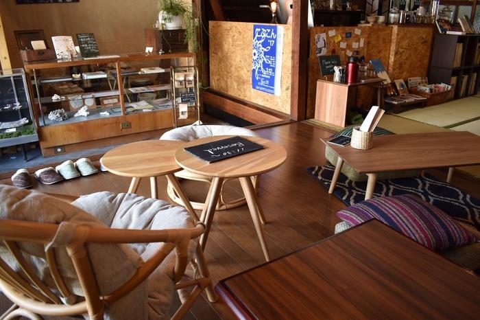 こちらのカフェはややロースタイルな印象。  北欧テイストのネストテーブルやラグを使って、モダンな印象に仕上げていますね。  空間が殺風景になる場合は、こちらのカフェのようにクッションを床にディスプレイしても良いでしょう。  【画像は、岡山県・総社市の「古民家カフェ krAck 」】