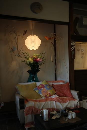 ちょうどフラワーアレンジメントの上にライトを配置したカフェ。  空間がポッとほんのり明るくなるだけでなく、お花の美しさも引き立っていますね。  【画像は、神奈川県・鎌倉市の「カフェ 坂の下」】