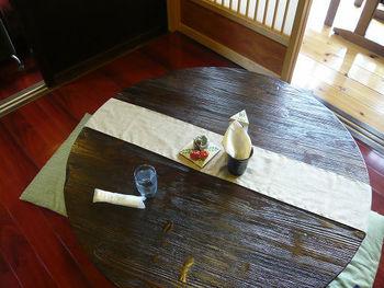 ちゃぶ台は重たくなりがちですが、高さが低いためお部屋に圧迫感を与えないのが良いところ。  日本的すぎると悩んでしまう場合は、こちらのカフェのようにテーブルランナーを走らせてみると洗練された印象に。  【画像は、埼玉県・比企郡の「古民家カフェ&ダイニング 枇杏」】