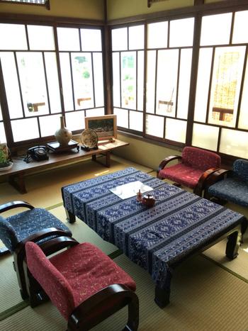 幅広のテーブルを使う場合は、テーブルランナーも良いですがこちらのカフェのようにテーブルクロスを敷くのも綺麗。  模様替えの際にはテーブルクロスのカラーやデザインを変えるとスムーズですね。  【画像は、愛媛県・松山市の「古民家カフェ 善」】