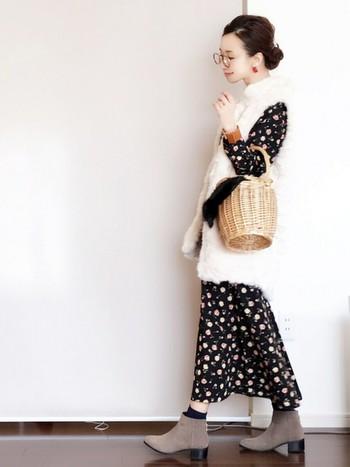 花柄のクラシカルなワンピースも、品のあるフェイクベストで、大人フェミニンな装い。