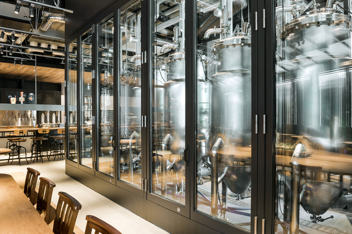 醸造所が併設され、できたてのビールが飲めるビアバー「ブリュワリーバー」。最近では、街中にあるいくつもの種類のクラフトビールが飲めるバーが「ブリュワリーバー」だった!なんてことも珍しいことではないんです。