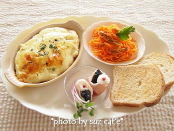大き目のお皿にワンプレートで。ボリュームがあるので、副菜を添えるだけで立派なディナーになります。