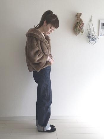 フードがついたタイプのファーコートは、可愛らしい印象になります。袖からちらりとボーダーを見せているのもおしゃれ。デニムと合わせてカジュアルに着こなすのがおすすめです。