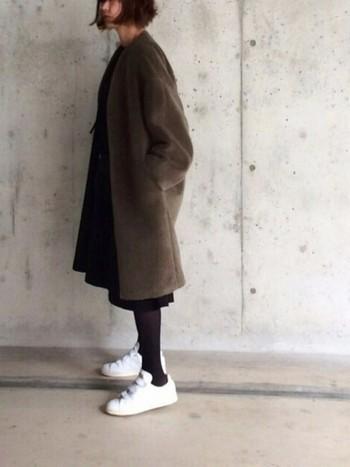 ロング丈のファーコートは、シンプルなワンピースに羽織るのがおすすめです。足元は白のスニーカーで軽やかさをプラスしてみましょう。