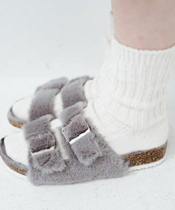 ベルトが2本タイプのファーサンダルは、靴下と相性が良いデザインです。寒い日にもたくさん履きたいですね。