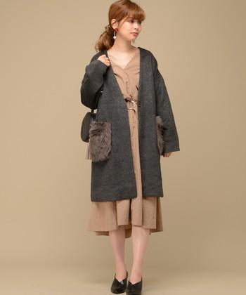シンプルなノーカラーコートの、ポケットがファーになったデザインです。少しだけファーを取り入れたい人におすすめです。