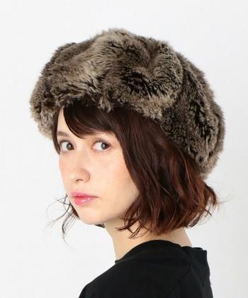 フェイクファーのベレー帽は、かぶるだけでグッと季節感が出るアイテムです。ヘアアレンジにもこだわりたくなりますね。