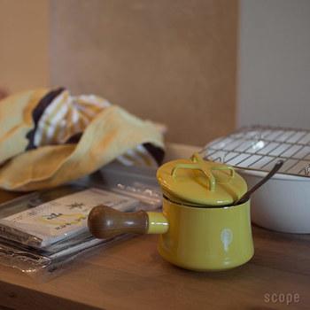 こちらは、商品名は「バターウォーマー」になっていますが、ミルクパンとして使えます。飲み物をを温めたり、ゆでたまごなどのお弁当のおかずを作ったり、野菜の下ゆでや離乳食作りにもおすすめです。写真のような可愛い取っ手の蓋付きも。この蓋は、鍋敷きにもなります。