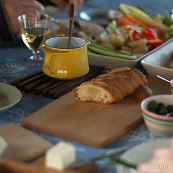 写真のパンは、ミニココット。バターウォーマーとサイズは同じですが、持ち手が違います。テーブルにそのままソースを出したいときなどに便利。このシリーズは、マスタードイエローのほか、ホワイト、チリレッド、ティール(ブルー)があります。