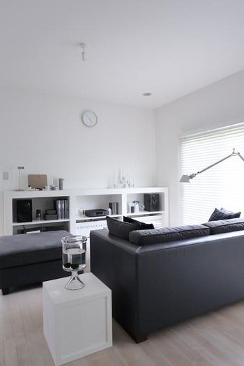 ベースカラーは壁や床といった大きな面積を占めるものの色味のことで、淡い色味の方がお部屋が広く見える傾向にあります。
