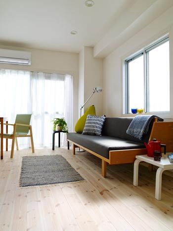 北欧風のナチュラル感を出すためには取り入れる家具も大切。金属製や革製のスタイリッシュで無機質なものよりも、山や森のものを使って作られている木製や布製を選んでください。自然界のナチュラルな暖かさが感じられる空間は、まさに北欧風ですね♪