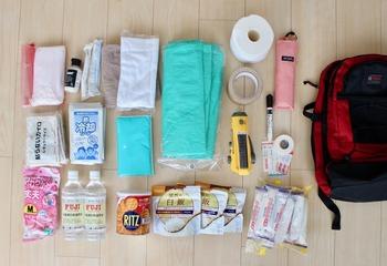 防災リュックの中身の一例です。 水や非常食の他、懐中電灯、ガムテープ(布製のもの)、トイレットペーパー、油性ペンまで。 結構いろんな種類のものが入っていることが分かりますね。 いずれもできるだけ軽くて、コンパクトに収まるアイテムを選ぶのがポイント。