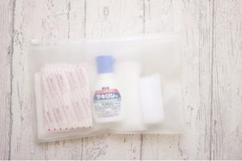 けがをしたときのために忘れてはいけないのが、医薬品。 三角巾、マスク、胃薬、解熱剤のほか、 消毒液や、応急手当ができる救急セットも用意しておきたいものの1つ。 このようにチャック付きの袋に一式入れておけばば、かさばることもありません。  そのほか、貴重品(財布、印鑑、通帳など)もまとめておくと緊急時慌てずに済みますね。