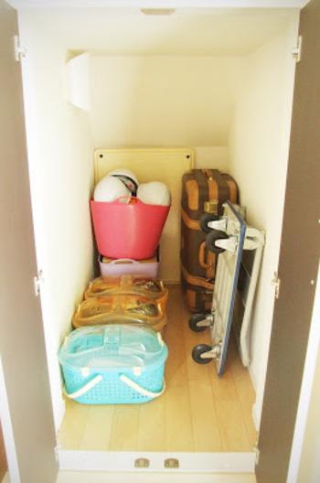 玄関付近に十分な収納スペースがあれば、そこを活用してみるのも良いですね。 玄関は逃げる際に通る部分になると思うので、すぐに準備できて安心です。